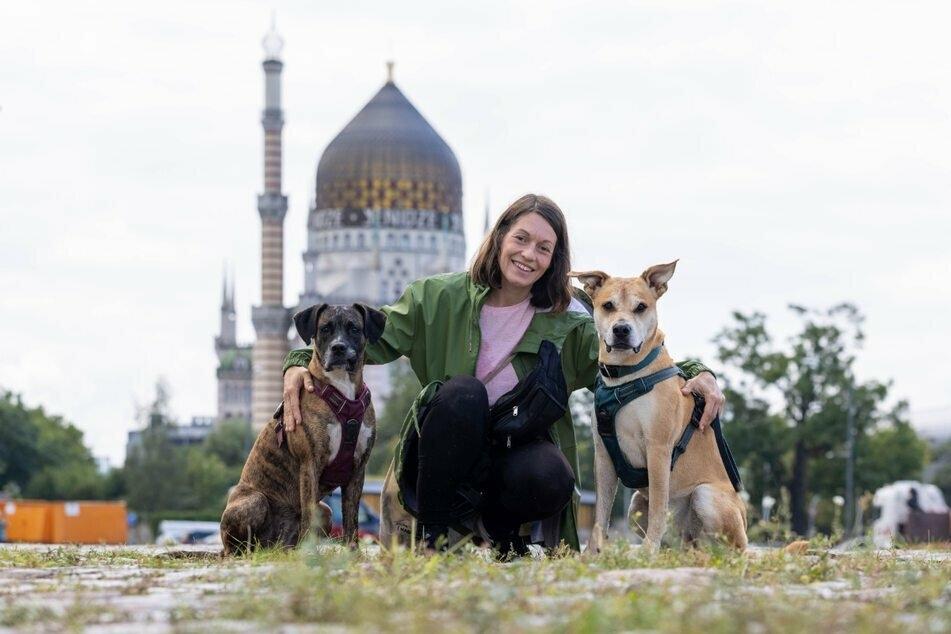 Maxi (34) genießt die Zeit mit ihren beiden Hunden Caspar (Mischling, 2 Jahre, r.) und Cleo (Boxer, 3 Jahre). In der Friedrichstadt sind besonders viele neue Hunde dazu gekommen.
