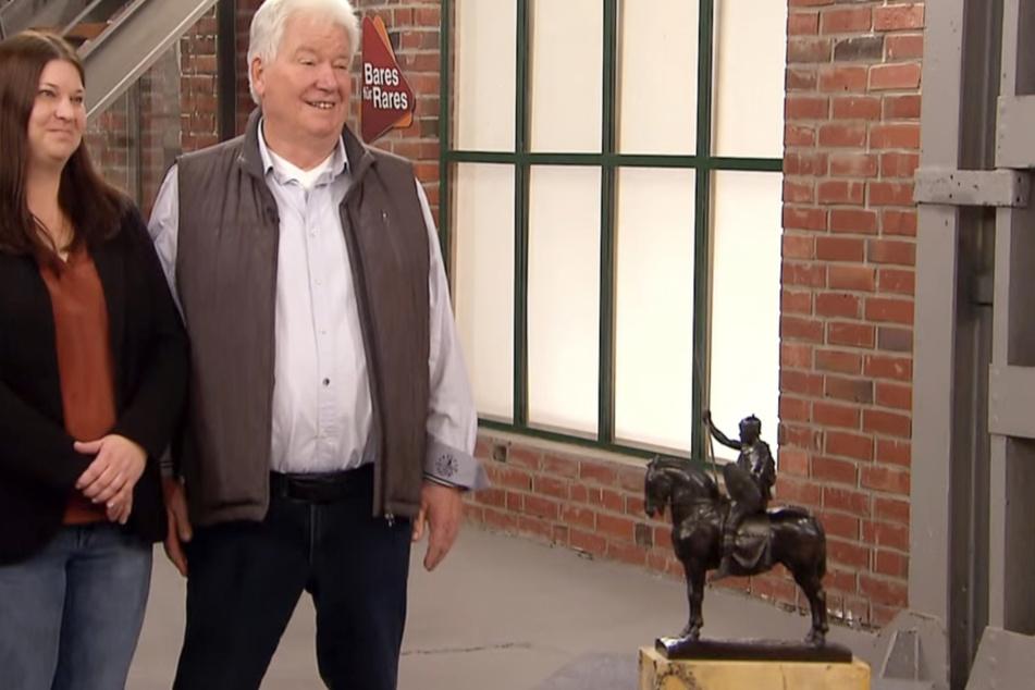 Tochter Sarah Hain und Vater Michael Broch trennen sich von der Bronze-Statuette, nachdem diese 70 Jahre der Familie gehört hatte.
