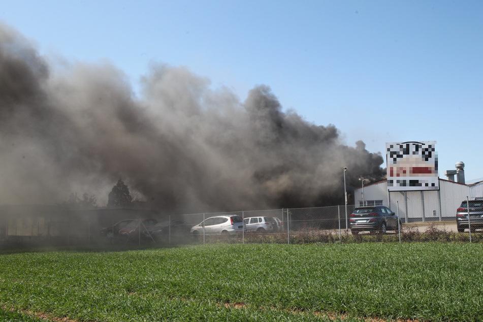 Eine schwarze Rauchwolke dringt aus der Werkstatt.