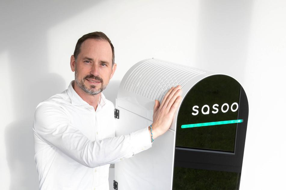 """Raumluftreiniger aus Weinböhla: """"Novus air""""-Geschäftsführer Jani Mäkelä (44) mit dem Prototyp von """"Sasoo"""". Inzwischen wird das Gerät in Serie produziert."""