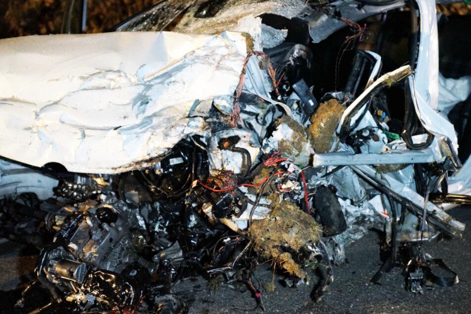 Zwei Menschen sterben nach Frontal-Crash noch an der Unfallstelle