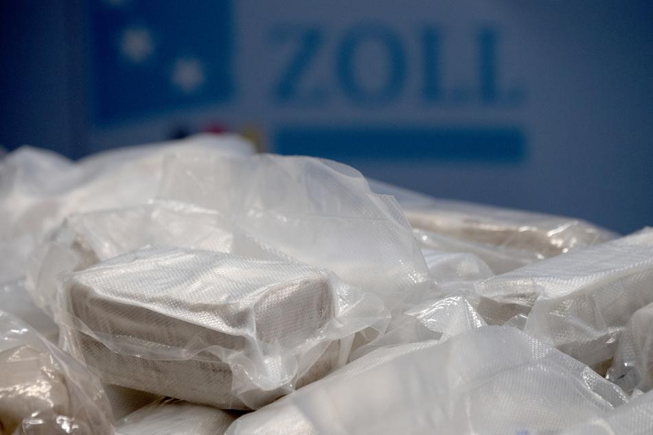 Pakete mit Rauschgift liegen während einer Pressekonferenz des Hauptzollamtes Frankfurt (Oder) auf einem Tisch.