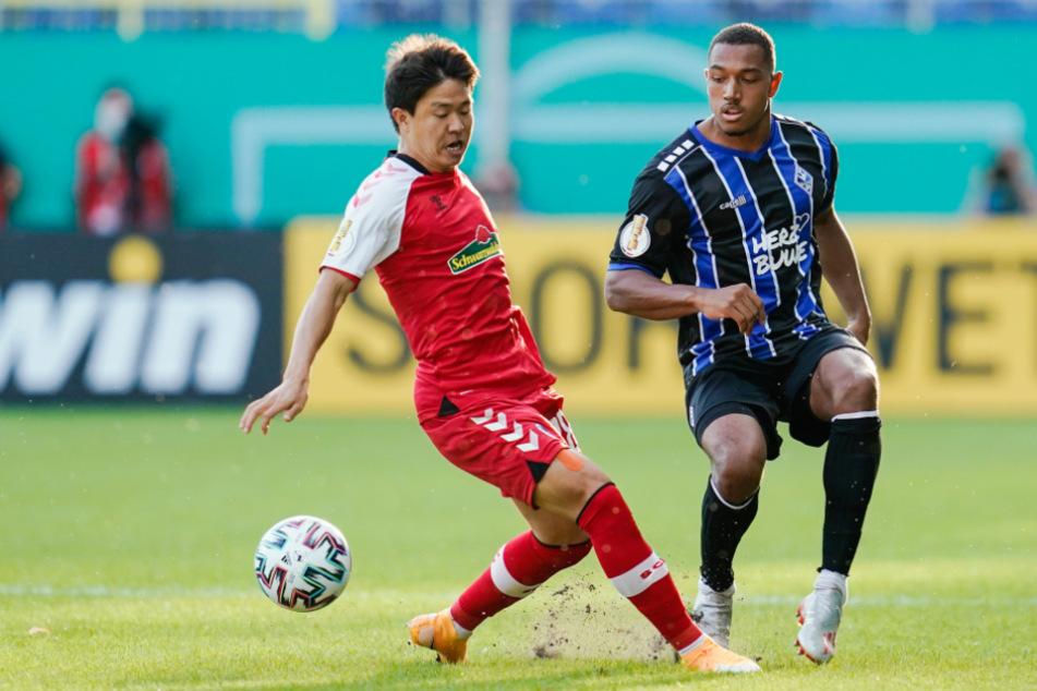 Mannheim, September 2020: Chang-hoon Kwon (26, l.) vom SC Freiburg und Mannheims Anton-Leander Donkor (23) kämpfen um den Ball.