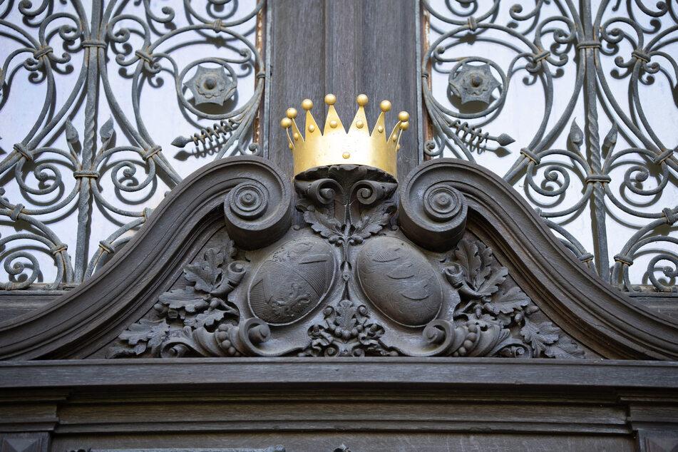 Über dem Schlosseingang prangen unter der goldenen Grafenkrone die Wappen der Familien von Brühl (links) und von Krosigk.