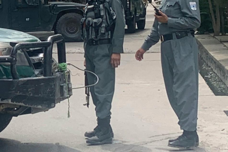 Afghanische Polizisten stehen auf einer Straße in Kabul. (Symbolbild)