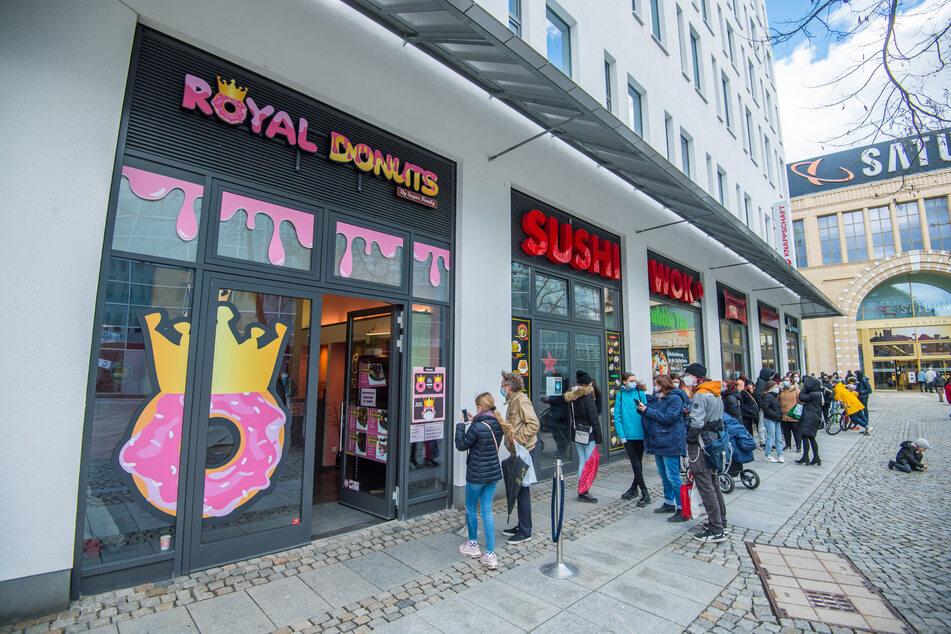 Am Samstag öffnete in Chemnitz der erste Donut-Laden. Etliche Chemnitzer standen Schlange, um das ringförmige Kultgebäck zu probieren.