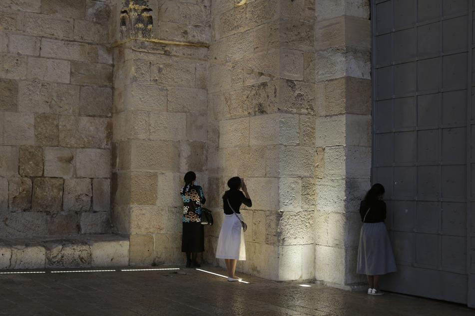 Jerusalem: Jüdische Frauen beten am Jaffator zur Altstadt von Jerusalem, nachdem sie auf dem Weg zum Gebet an der Westmauer von der Polizei abgewiesen wurden. Das Land befindet sich in einem dreiwöchigen Lockdown aufgrund der Corona-Pandemie.