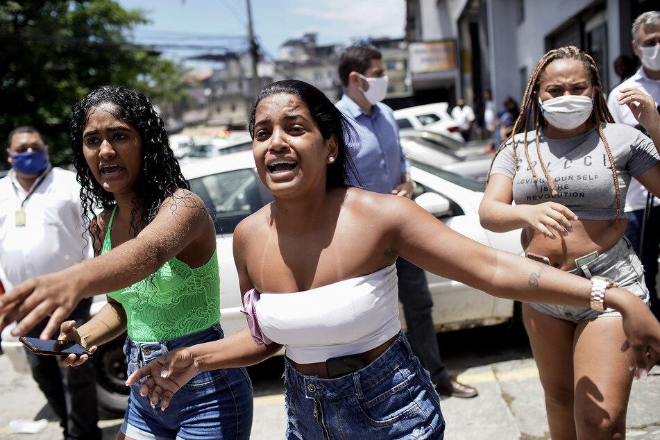Angehörige von Patienten schauen beängstigt zu, wie die Feuerwehr bei einem Brand im Krankenhaus Bonsucesso im Einsatz ist.