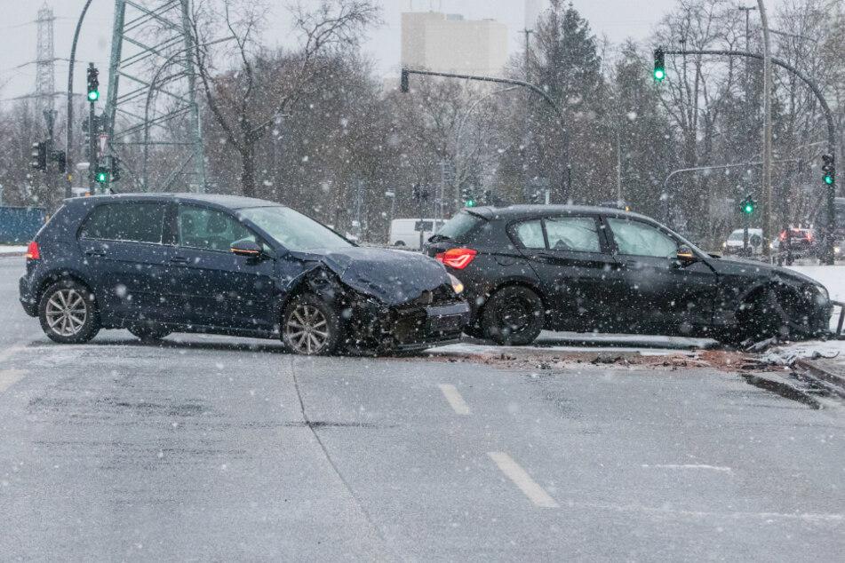 Die beiden Unfallfahrzeuge kamen quer zur Fahrbahn zum Stehen.