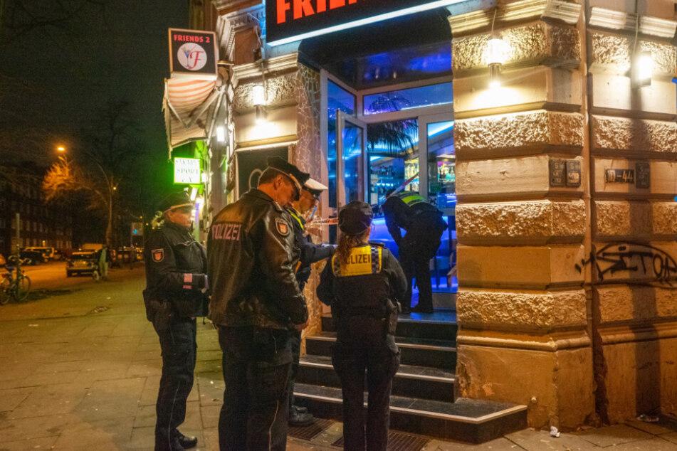Vor der Bar fanden die Beamten mehrere Patronenhülsen.