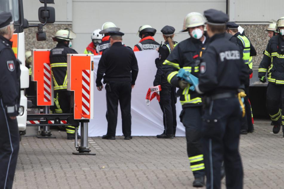 Tödliches Unglück: Arbeiter gerät unter tonnenschwere Hebebühne