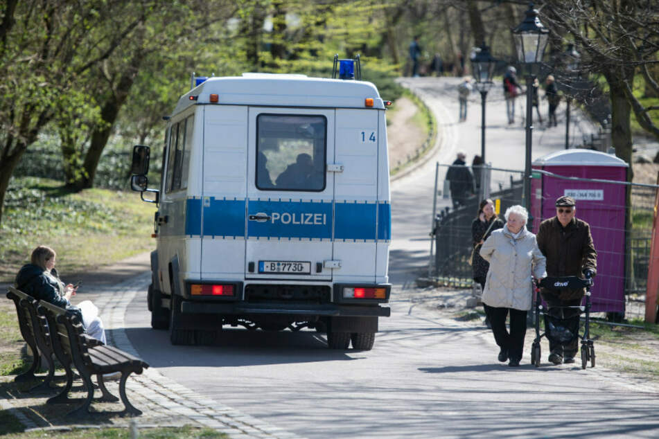 Polizisten fahren durch den Volkspark Friedrichshain und beobachten ob ob die Kontaktbeschränkungen eingehalten werden.(Archivbild)