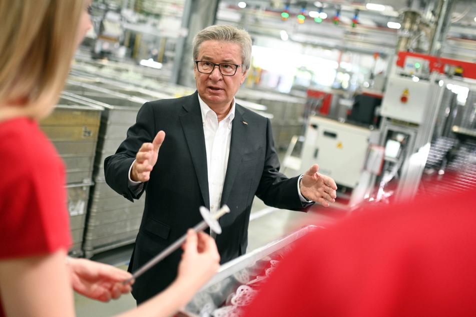 Klaus Fischer beim Gespräch mit Azubis.