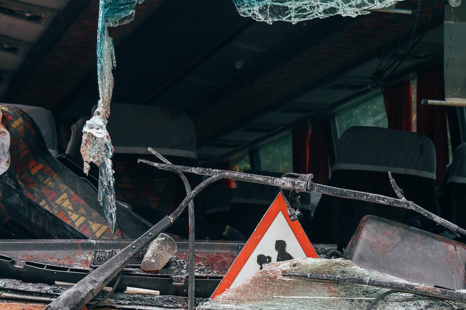 Der Bus stürzte 50 Meter in die Tiefe bevor er explodierte (Symbolbild).
