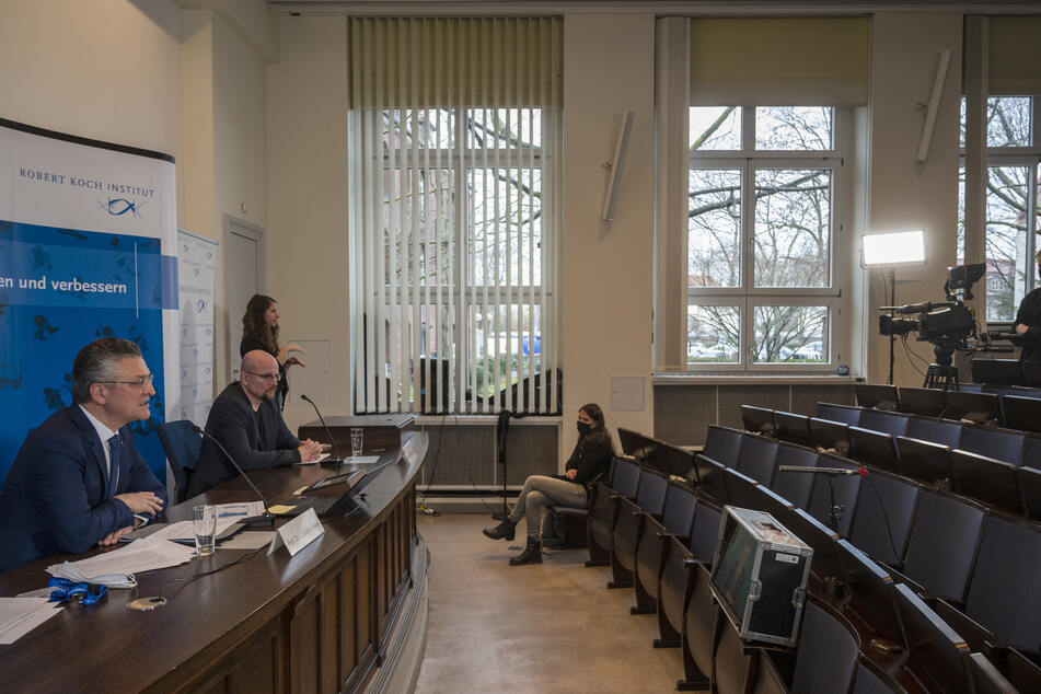 Am heutigen Donnerstag hielt Lothar Wieler (l.) eine Pressekonferenz im Berliner Robert Koch-Institut.