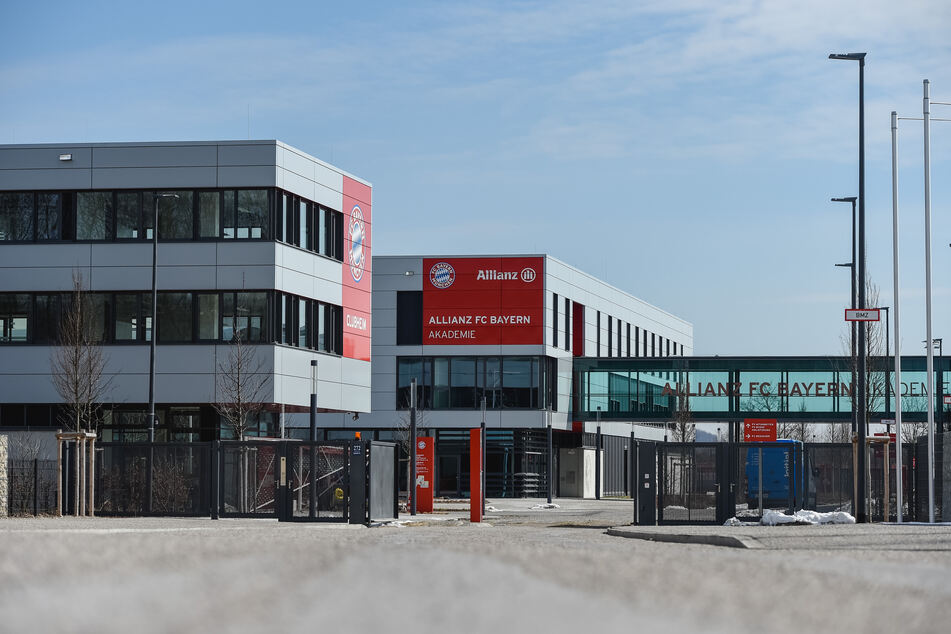 Der FC Bayern München hat nach dem schweren Rassismusvorwurf gegen einen Nachwuchstrainer personelle Konsequenzen gezogen.
