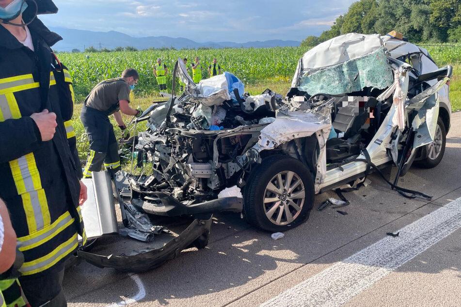 Der Mazda wurde bei dem schlimmen Unfall völlig deformiert. Der Fahrer musste aus dem Wagen geschnitten werden.