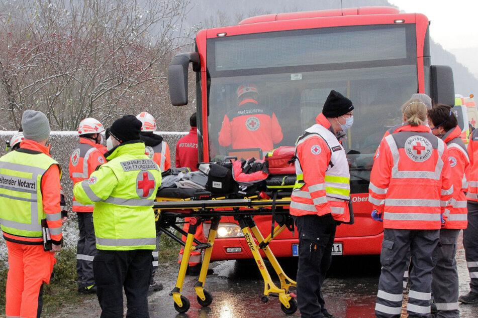 Rettungskräfte stehen an einer Unfallstelle.