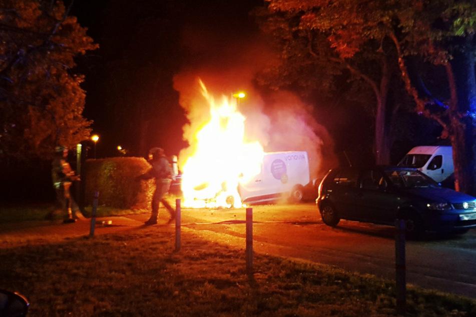 Lauter Knall schreckt Anwohner auf: Vonovia-Transporter in Flammen