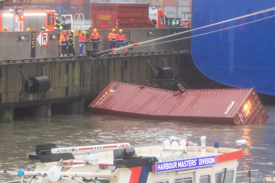 Container über Bord! Kniffliger Einsatz im Hamburger Hafen