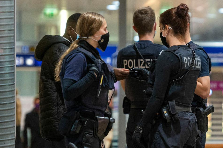Die Bundespolizei hat rund 51.000 Mitarbeiter und ist unter anderem für die Sicherheit an Flughäfen und Bahnhöfen zuständig. Aktuell befinden sich mehr als 1100 Beamte in Quarantäne.