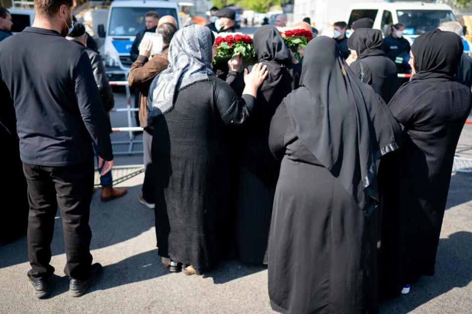 Trauernde stehen an einer Polizeiabsperrung im Berliner Stadtteil Schöneberg.