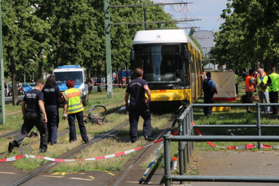 Fahrradfahrerin wird von Tram überrollt und stirbt!