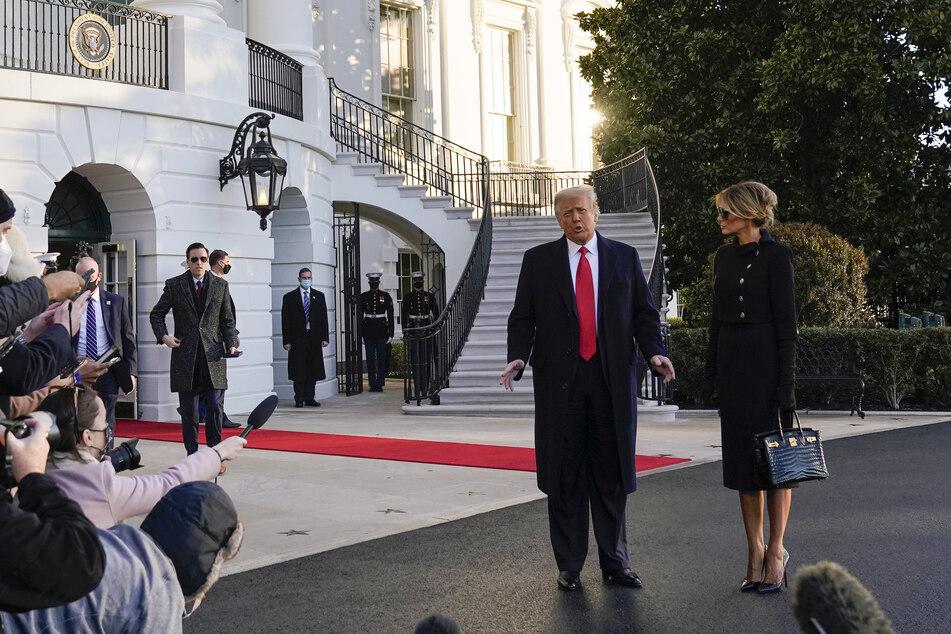 Am Morgen der Amtseinführung des designierten US-Präsidenten Biden (78) wenden sich Donald Trump (74) und seine Frau Melania (50) beim Verlassen des Weißen Hauses an, die wartenden Medienvertreter.