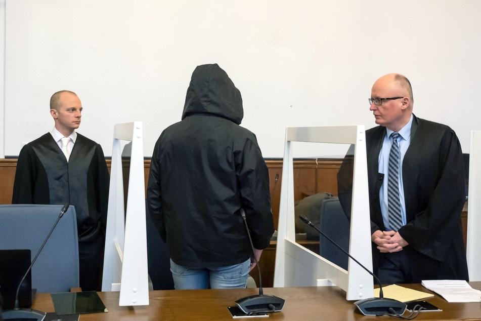 Der Angeklagte (M, 56) spricht im Landgericht mit seinen Anwälten André Bohn (l) und Udo Vetter.