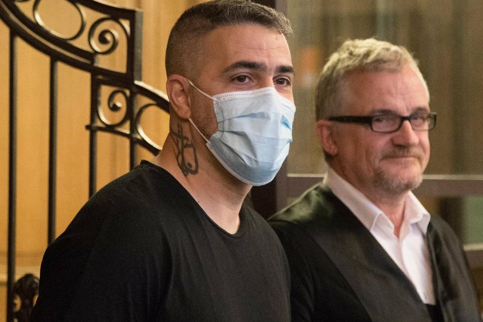 Anis Mohamed Youssef Ferchichi (41), bekannt als Rapper Bushido, steht beim Prozess gegen den Chef einer bekannten arabischstämmigen Großfamilie neben seinem Anwalt.