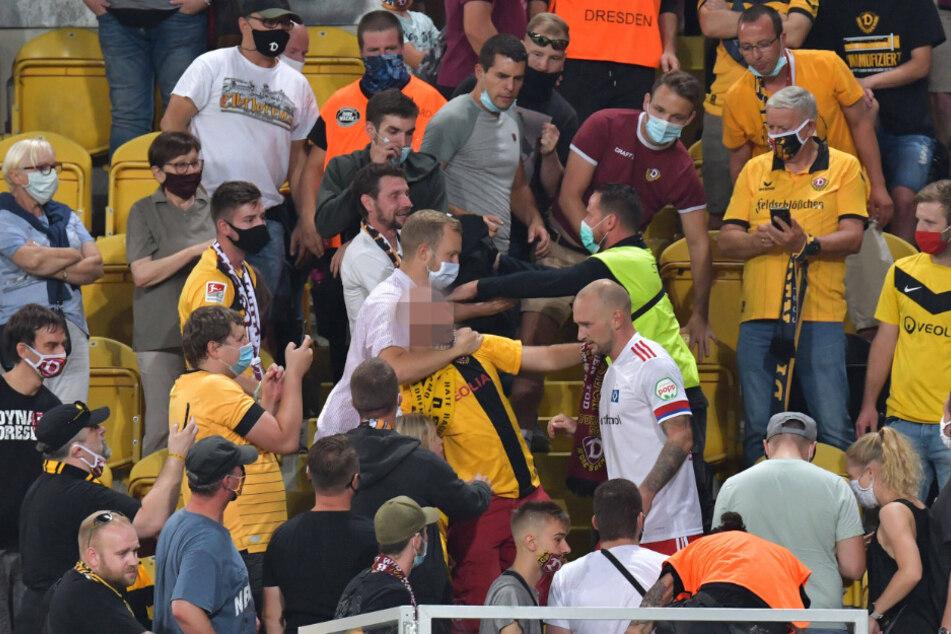 Toni Leistner (weißes Trikot) stürmte nach der Pleite auf die Tribüne und legte sich mit einem Dynamo-Fan an.