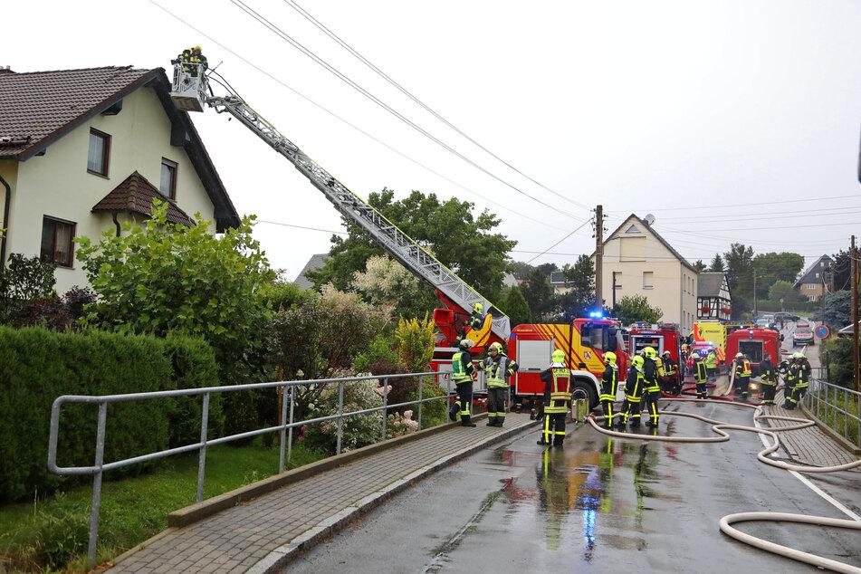 Ein Blitz ist am Dienstag in Kuhschnappel in das Dach eines Hauses eingeschlagen.