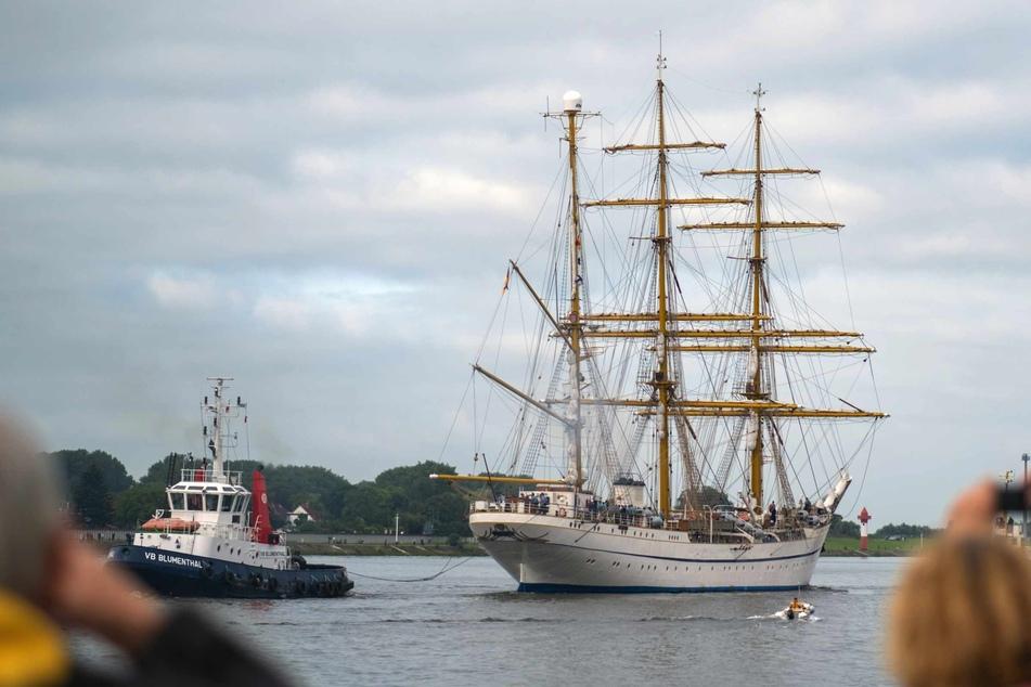 """Die """"Gorch Fock"""" verlässt die Lürssen-Werft. Das Schulschiff der Bundesmarine soll eine zweitägige Testfahrt auf der Weser und der Nordsee absolvieren."""