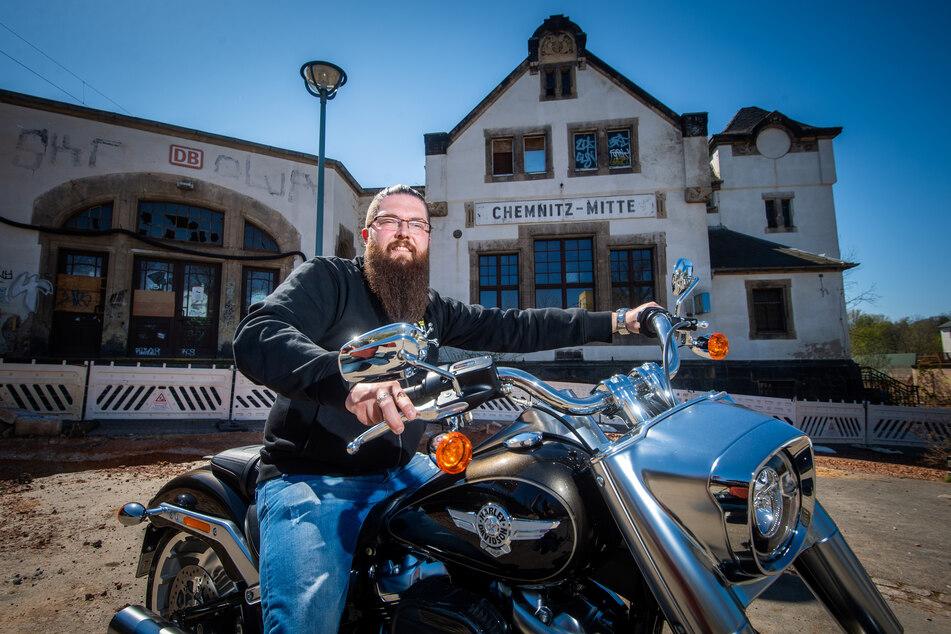 Harley-Verkaufsleiter David Fröhlich (36) steht bald im ehemaligen Bahnhof Mitte hinterm Tresen.