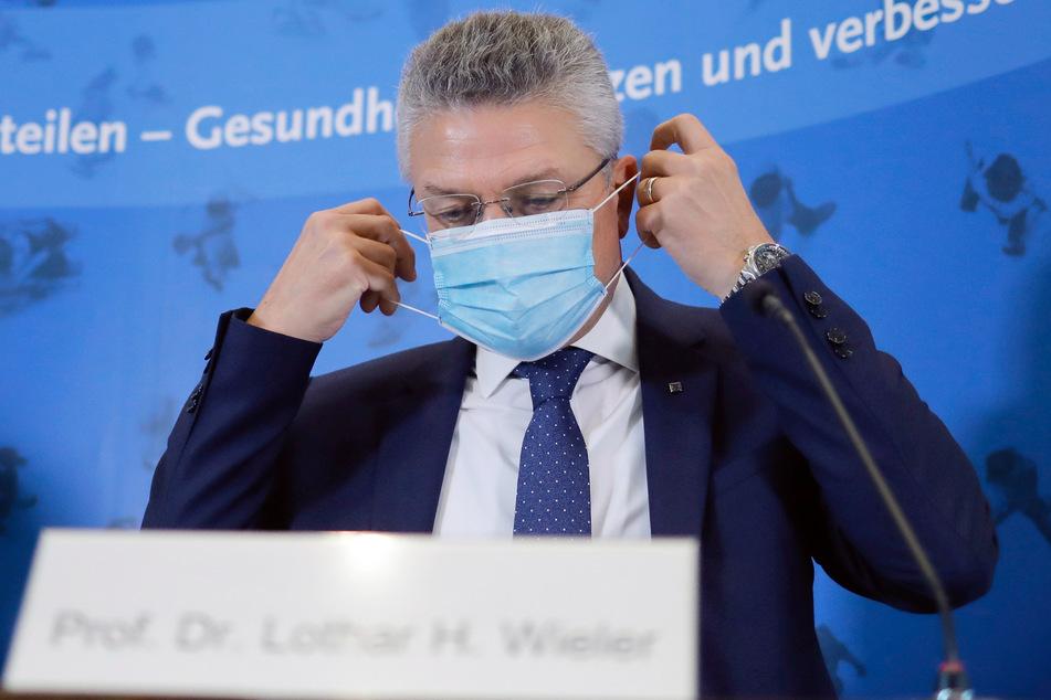 Lothar Wieler, Leiter des deutschen Robert-Koch-Instituts (RKI), kommt mit Mund-Nasenschutz zu einer Pressekonferenz zur Corona-Lage in Deutschland.