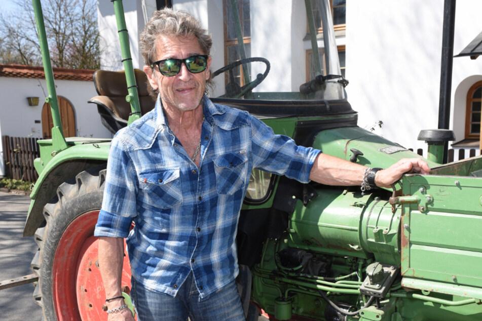 Peter Maffay steht auf Gut Dietlhofen an seinem Traktor.