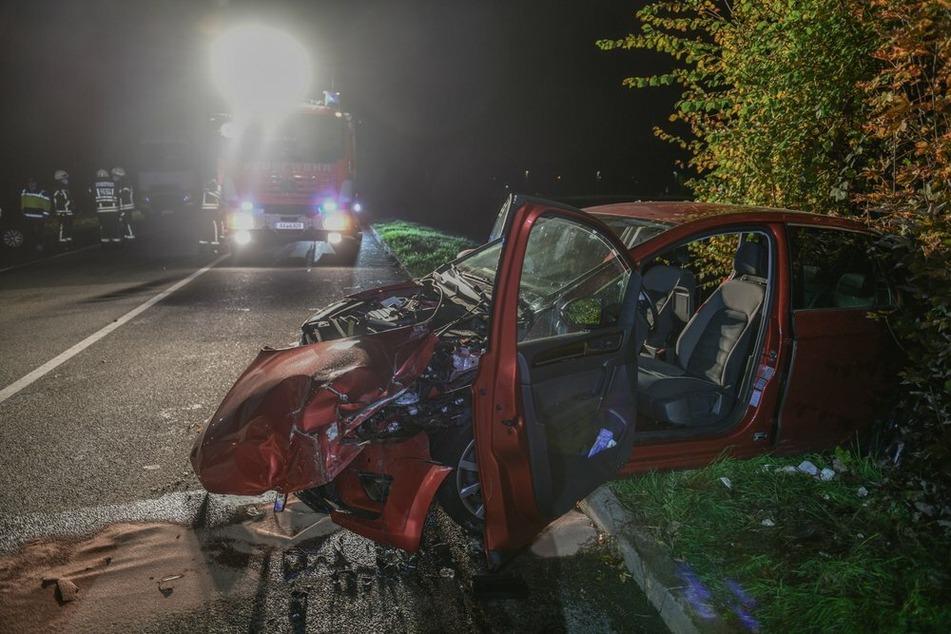 Auto kracht frontal in Lkw: Fahrer (81) schwer verletzt