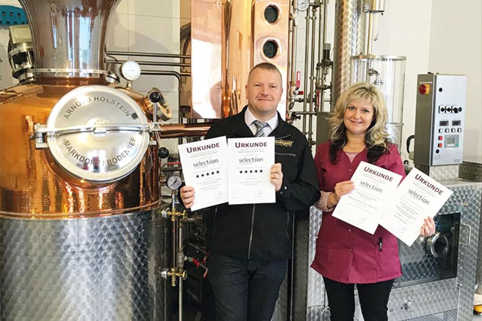 Betriebsleiter M. Schneising (li.) und Produktionsleiterin M.Triebel (re.) mit der IFS-Zertifizierung des Unternehmens.