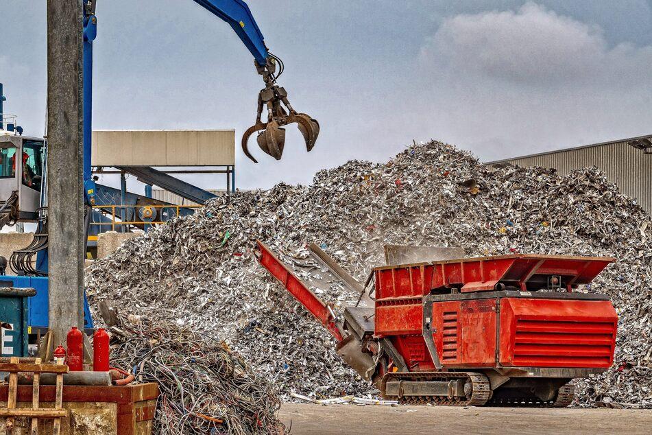 In Leverkusen soll ein Recyclingbetrieb beim Zerlegen einer Lokomotive Schadstoffe nicht ordnungsgemäß entsorgt haben. (Symbolbild)