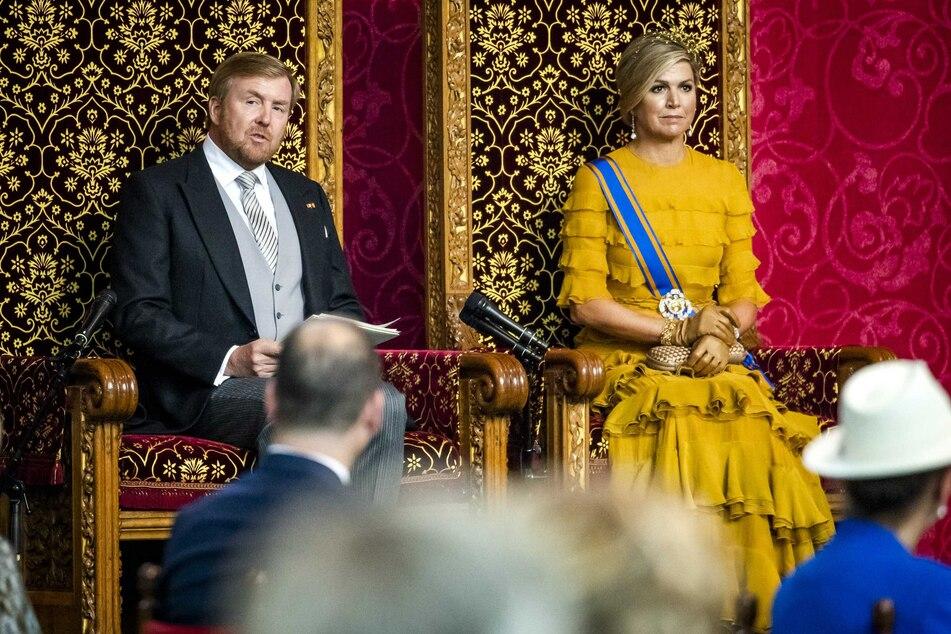 Den Haag: König Willem-Alexander (l) der Niederlande sitzt am Prinsjesdag neben Königin Maxima auf dem Thron und verliest die Thronrede zur Eröffnung des parlamentarischen Sitzungsjahres vor Mitgliedern des Senats und des Repräsentantenhauses in der Grote Kerk. Die Corona-Krise hat die Niederländer am Prinsjesdag - sonst ein Tag mit ausgelassener Volksfest-Stimmung - zu Nüchternheit und Abstand gezwungen.