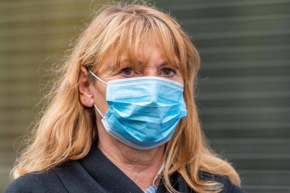 Petra Köpping (SPD), Sozialministerin von Sachsen, trägt bei einem Besuch im Städtischen Klinikum Dresden einen Mundschutz.