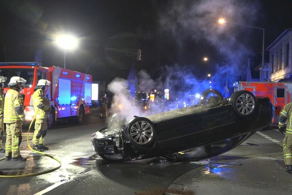 Nach illegalem Rennen: Fahrzeug überschlägt sich und fängt Feuer