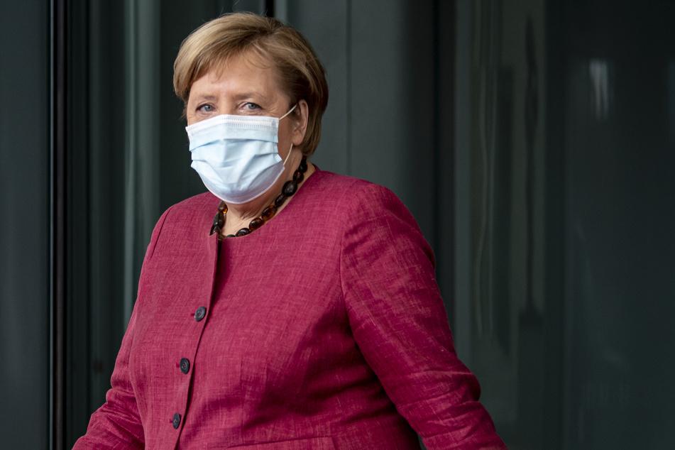 Kanzlerin Angela Merkel (CDU) hat sich besorgt über deutlich steigende Corona-Zahlen gezeigt.