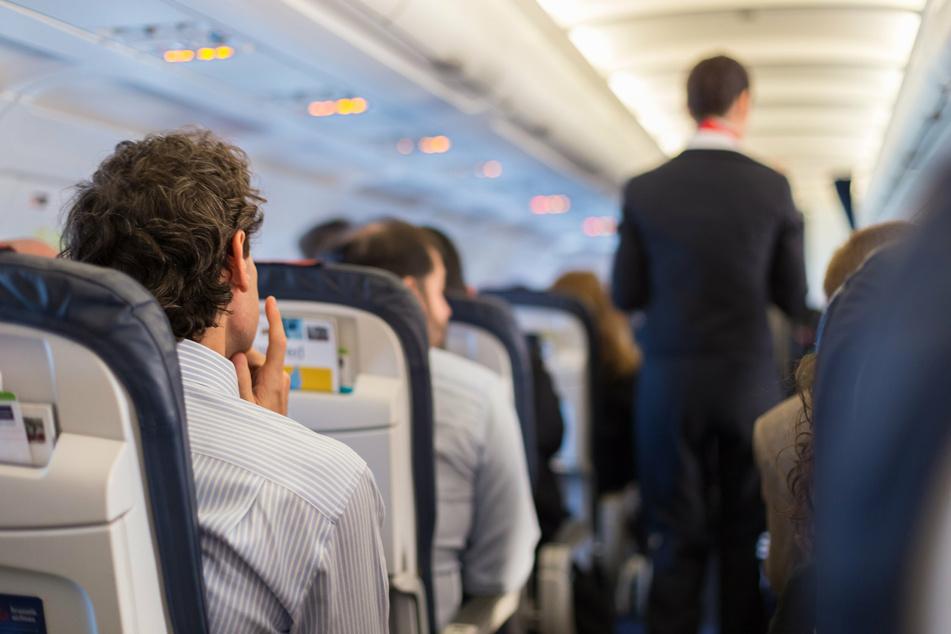 Während des Fluges legte er seine Verkleidung ab, wurde dabei aber von einer Stewardess beobachtet. (Symbolbild)