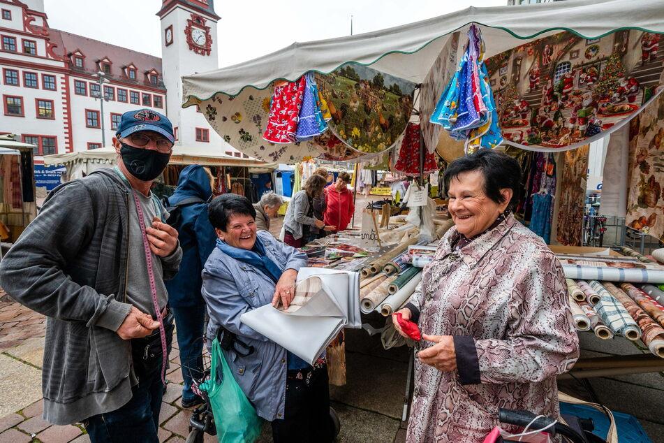 Verkäufer Erik Schenker (57) sowie die Chemnitzerinnen Marion Kämpfe (72) und Renate Happel (83) freuten sich, dass der Jahrmarkt wieder stattfindet.