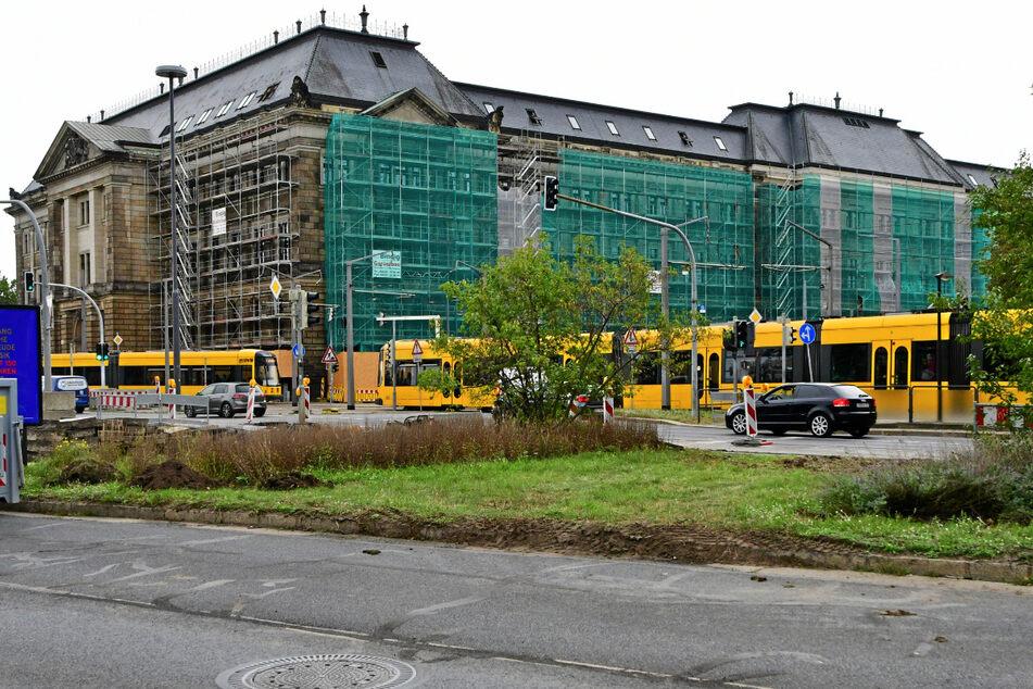 Eingerüstet: Am sächsischen Finanzministerium werden Fenster und Fassaden aufgefrischt.