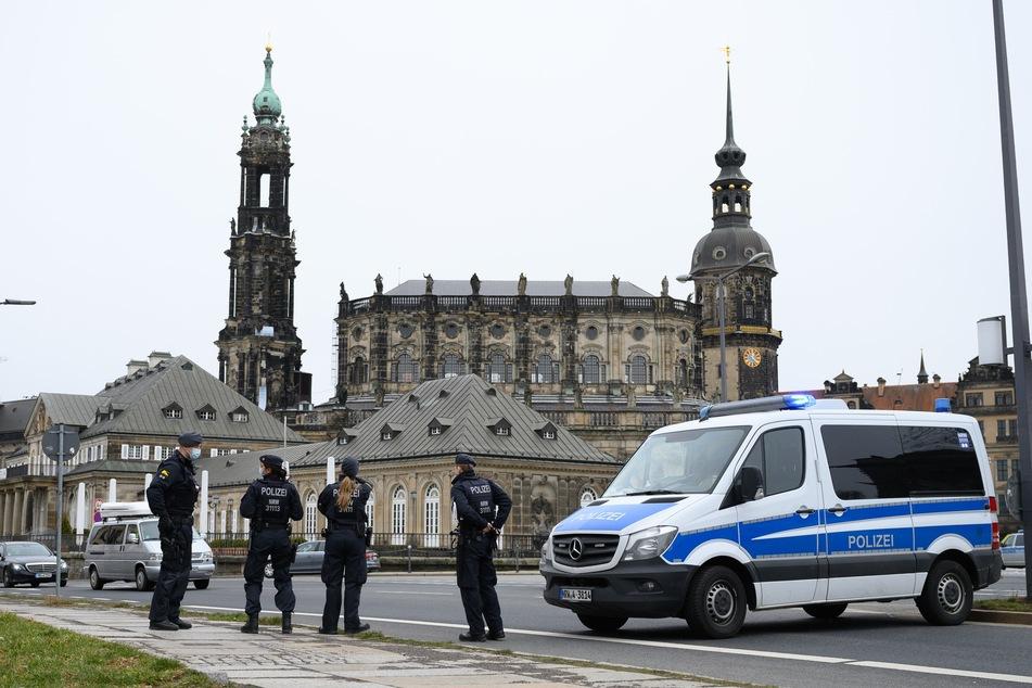 Dieses Bild stammt zwar von einer Querdenken-Demo aus dem Frühling, aber auch am heutigen Montag gab es in Dresden wieder viel Polizei und Demonstrationen zu sehen.