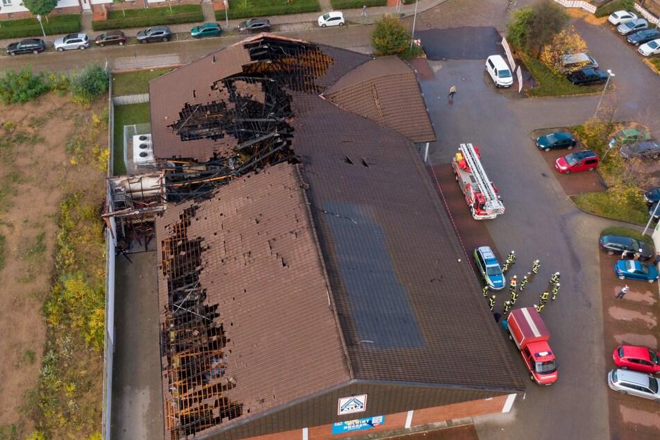 Durch das Feuer waren Teile des Dachs der Magdeburger ALDI-Filiale eingestürzt.