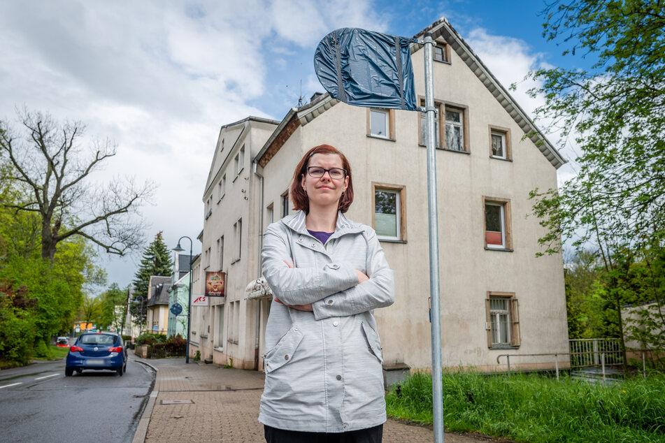 Linken-Stadträtin Sabine Brünler (36) will das neue Halteverbots-Schild in der Markersdorfer Straße nicht hinnehmen.