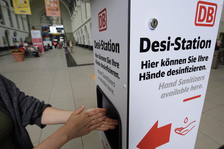 Kostenloses Desinfektionsmittel gibt es bereist an Bahnhöfen wie hier zum Beispiel am Dresdner Hauptbahnhof. Der Gemeindebund fordert nun auch gratis Corona-Tests für Zugreisende. (Archivbild)